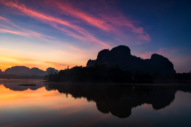 Réservoir de nong thale et vue sur la montagne karstique à l'aube avec ciel crépusculaire et réflexion sur le lac avant le lever du soleil à krabi, thaïlande. grand point de vue des marais. destination de voyage célèbre.