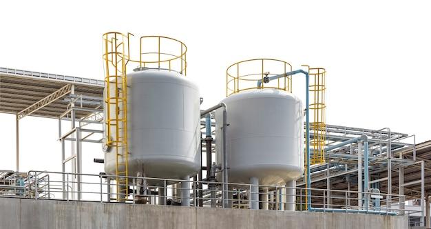 Réservoir de stockage de gaz de pétrole liquéfié industriel avec pipeline isolé sur blanc