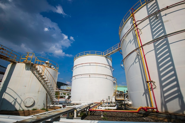 Réservoir de stockage de pétrole avec fond de pipeline de l'usine de raffinerie de pétrole ciel bleu