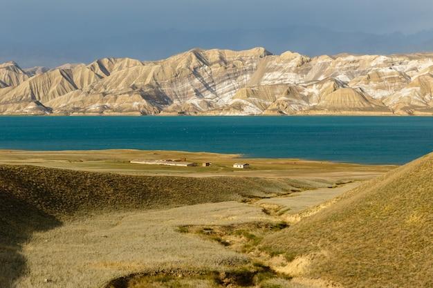 Réservoir de toktogul, réservoir sur le territoire du district de toktogul de la région de jalal-abad au kirghizistan.