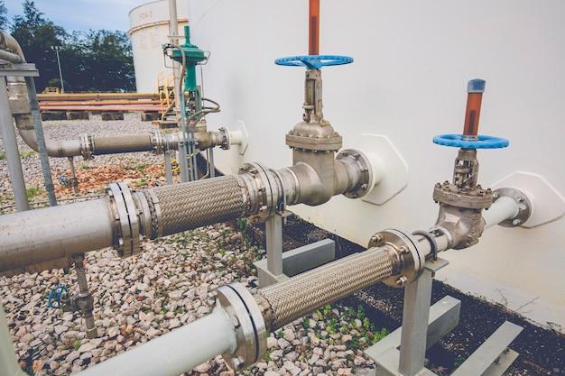 Réservoir de vanne à bride de tuyau en acier inoxydable flexible installé avec des tuyaux flexibles pour réduire la force entre les réservoirs de stockage d'huile, la pression d'entrée et de sortie.