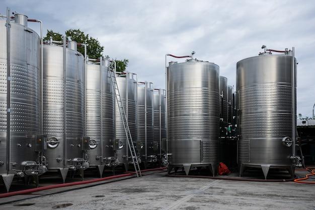 Réservoirs en acier pour la fermentation de la cave en plein air sur la cour de l'usine de vin