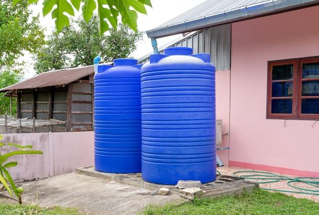 Réservoirs d'eau en plastique bleu.