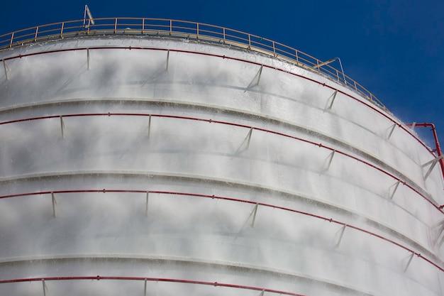 Réservoirs de gaz propane avec extincteur à eau pulvérisée et système de refroidissement.