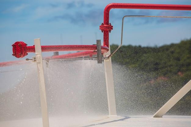 Réservoirs de gaz propane de toit avec extincteur à eau pulvérisée et système de refroidissement.