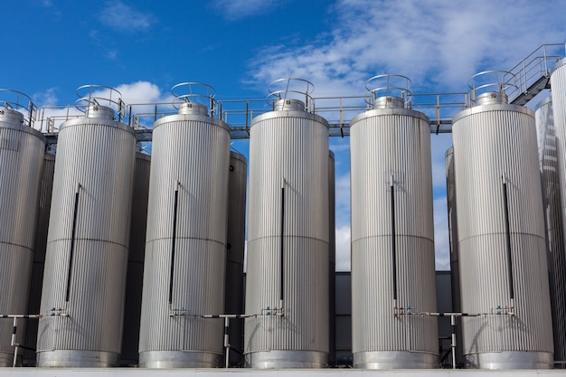 Réservoirs industriels géants sur le ciel bleu clair