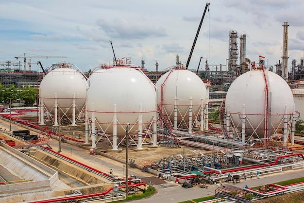 Réservoirs de propane sphériques blancs contenant un pipeline de gaz combustible et des travaux d'échafaudage