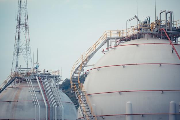 Réservoirs sphériques blancs contenant du gaz combustible propane