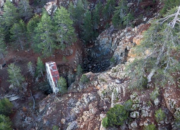 Les résidus miniers et l'arbre vertical de la mine de chromite abandonnée dans les montagnes troodos, chypre, vue aérienne