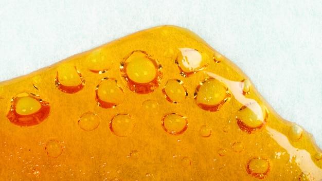 Résine de cannabis coulant sur le papier, cire à bulles orange à haute teneur en thc.