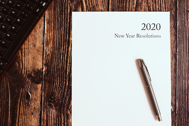 Résolutions du nouvel an 2020 écrit sur une feuille vierge.