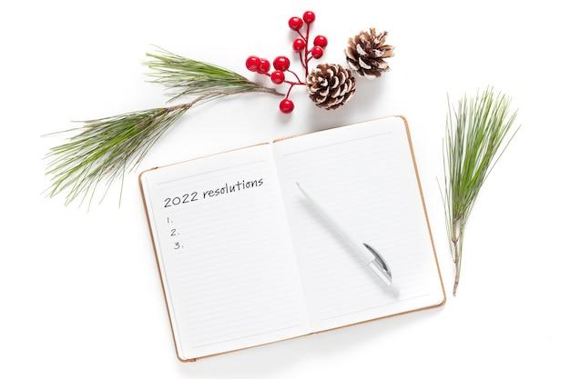 Résolutions du nouvel an, objectifs ou concept de plan d'action. bloc-notes à plat (vue de dessus) pour la copie d'entrée ou le texte sur fond blanc.