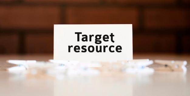 Resourse cible - texte du concept d'entreprise sur la liste blanche et avec des pinces à linge