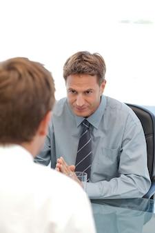 Responsable charismatique lors d'une interview avec un employé