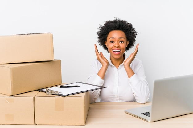 Le responsable de l'entrepôt vérifie les livraisons avec un ordinateur portable surpris et choqué.