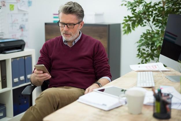 Responsable de la société envoyant des sms au bureau