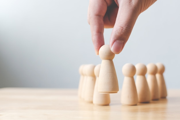 Ressources humaines, gestion des talents, employé de recrutement, concept de chef d'équipe entreprise prospère. main choisit un peuple de bois qui se démarque de la foule.