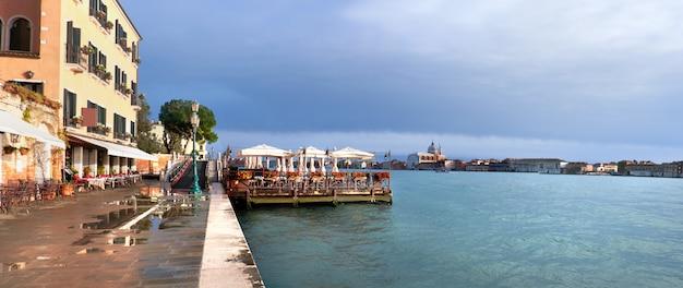Restaurant en bord de mer sur fondamenta zattere dans le sud de venise, italie