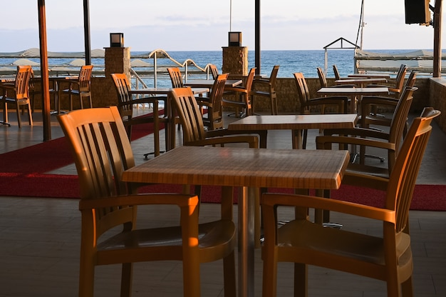 ''restaurant fermé pour cause de coronavirus'' avis contre un restaurant désolé dans la soirée. photo de haute qualité