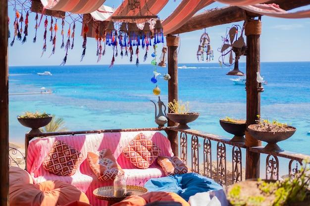 Restaurant hipster près de gold beach avec vue sur la mer