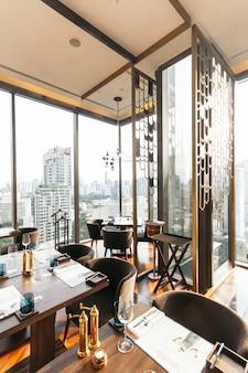 Restaurant intérieur de luxe moderne décoré pouvant admirer le paysage urbain de bangkok.