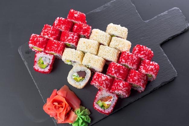 Restaurant japonais, sushi roll sur plaque ardoise noire,