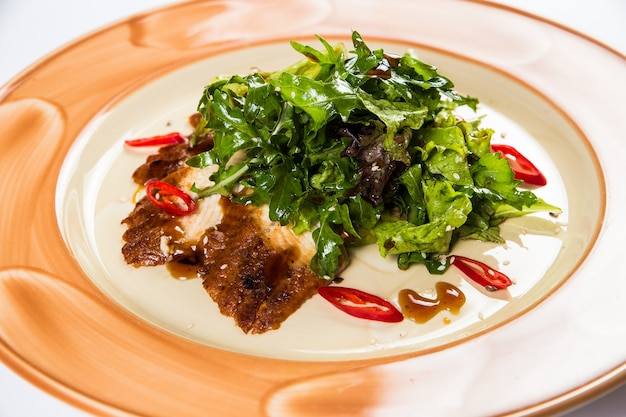 Restaurant livraison d'aliments sains, salade, deuxième plat ou premier plat sur une surface blanche