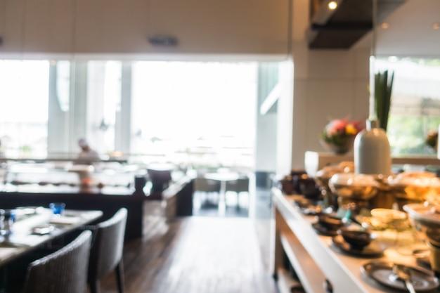 Restaurant avec des plaques et des aliments prêts pour le déjeuner