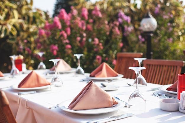 Restaurant en plein air, fond doux, beau décor élégant