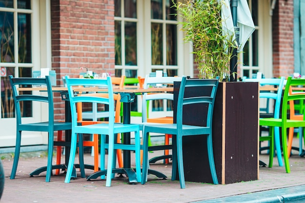Restaurant en plein air vide d'été en europe