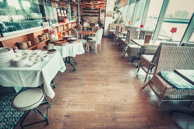 Restaurant avec tables et vaisselle