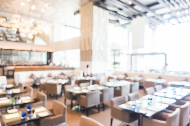 Restaurant unfocused avec des tables prêtes