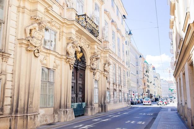 Restaurant vide en été ouvert en plein air dans une ville européenne.