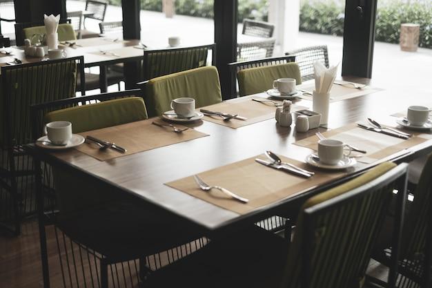 Restaurant vide faisant partie de l'hôtel