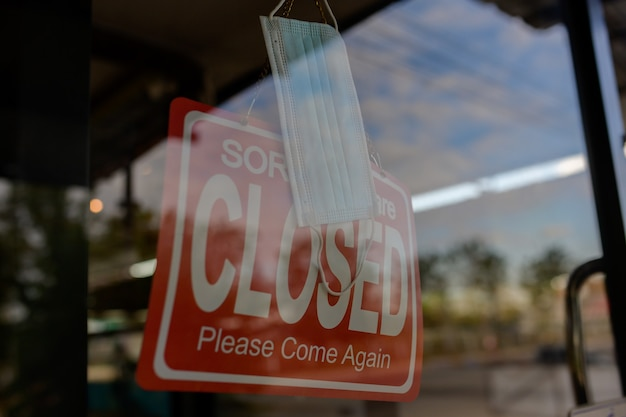 Restaurants et cafés fermés en raison du coronavirus ou du covid-19 photo de masques de protection pendant l'épidémie de covid-19