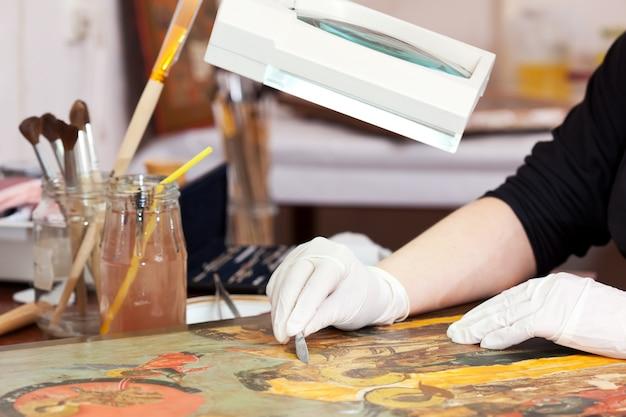 Restaurateur travaillant sur l'icône chrétienne ancienne