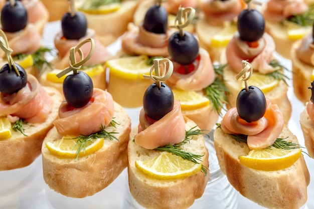 Restauration de canape aux olives, citron et saumon