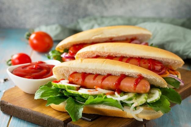 Restauration rapide traditionnelle américaine hot-dog grillé au barbecue avec des légumes frais