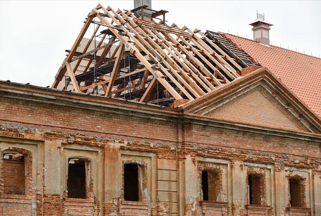Restauration de la toiture d'un ancien palais en ruine.