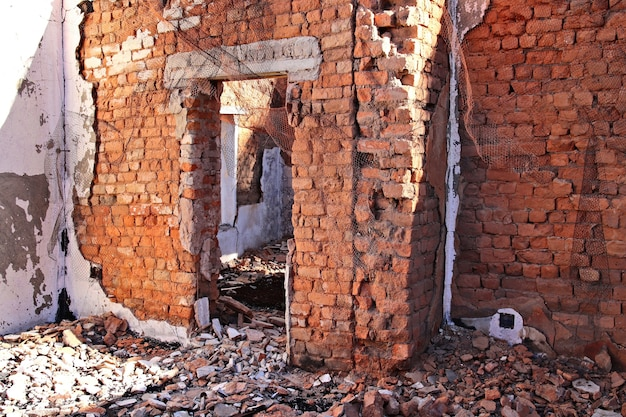 Reste d'un ancien bâtiment détruit au sol