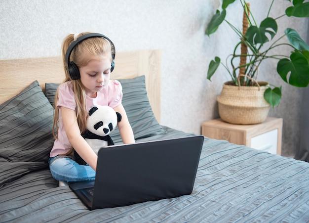 Reste à la maison. enseignements en ligne.