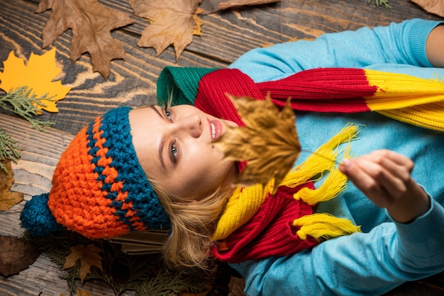 Rester belle en toute saison. mode féminine d'automne. insouciant et heureux. femme tenir la feuille d'érable. canada. fille se détendre sur fond d'automne. beauté dans le style d'automne. partager l'amour de la nature. temps scolaire.