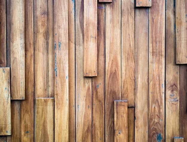 Les restes de l'ancien panneau de bois, être transformé en un mur