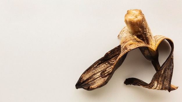 Restes de nourriture gaspillage vieille banane et peau