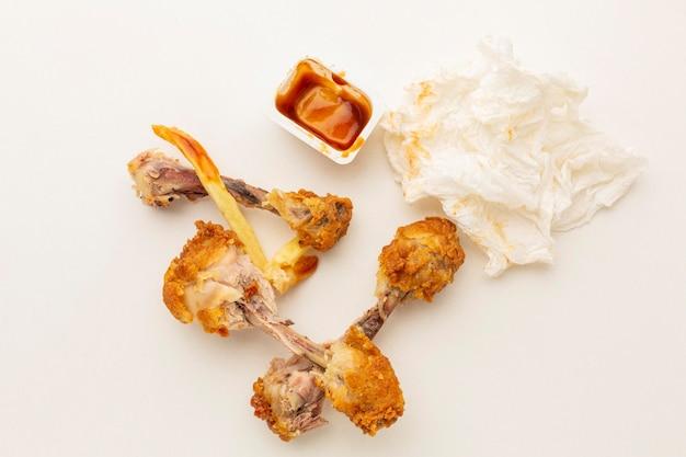 Restes de pilons de poulet et serviette sale
