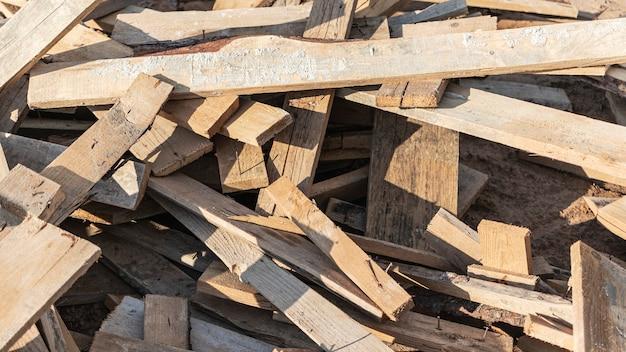 Restes de planches avec clous après l'installation du coffrage en béton. recyclage du bois.