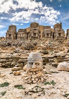 Restes de statues colossales à nemrut dagi. patrimoine mondial de l'unesco en turquie