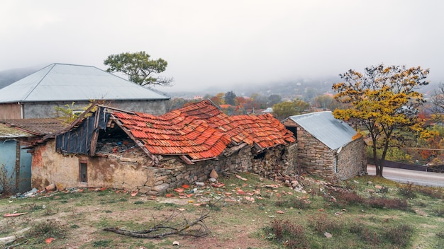 Restes d'une vieille maison en pierre ruinée