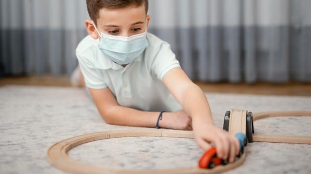 Restez à l'intérieur enfant jouant avec des jouets vue de face