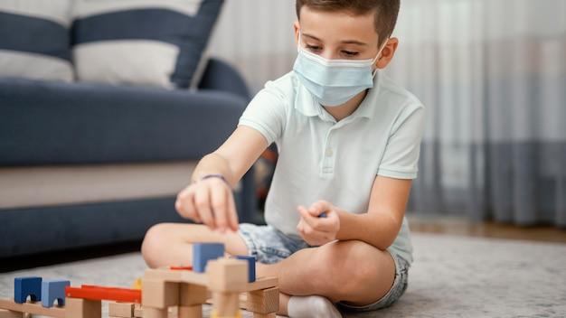 Restez à l'intérieur enfant jouant avec des jouets